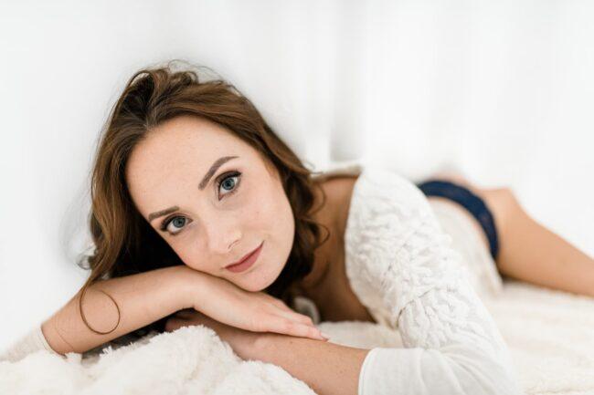 Frau in sexy Unterwäsche bei einem Boudoir Fotoshooting bei der Fotografin Ramona von Sensual Boudoir in Solothurn Schweiz.